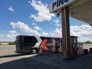給油中のグレイハウンド・バス(デンバー~アルバカーキ)