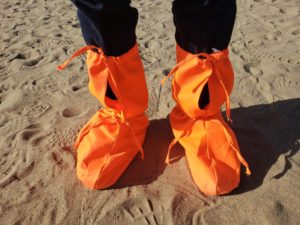 鳴沙山でレンタルした靴カバー(敦煌)
