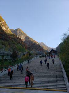 西峰ロープウェイ駅までの長い階段(崋山)