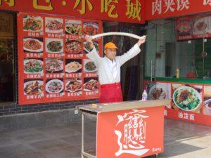 ビャンビャン麺の麺打ち(兵馬俑坑のレストラン街)